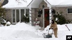 Снежно невреме го парализираше источниот брег на САД
