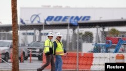 Para pekerja di pabrik Boeing South Carolina di tengah pemungutan suara untuk menentukan apakah pabrik itu akan memiliki serikat buruh, di North Charleston (15/2). (Reuters/Randall Hill)