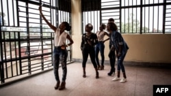 Des jeunes filles prennant des selfies avant la cérémonie de bienvenue des étudiants de première année, le 3 février 2018 à Beni.