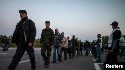 지난 28일 우크라이나 동부 도네츠크에서 정부군 병사들이 포로교환을 위해 포로들을 이송하고 있다.