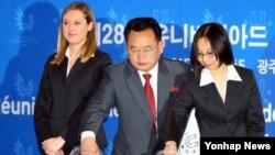 장정남 북한 대학생 체육협회 부위원장(가운데)이 13일 광주 서구 상무지구 홀리데이인 호텔에서 열린 2015광주하계유니버시아드대회 단체경기 조추첨식에서 추첨하고 있다.