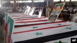 Warga menghadiri pemakaman massal korban bom bunuh diri pada 25 Juli 2018 yang dilakukan oleh ISIS di provinsi al-Sweida, Suriah.
