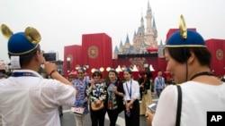 上海的迪斯尼主题公园于星期四开园迎客。