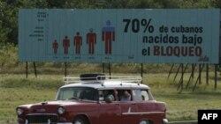 Надпись на плакате: 70% кубинцев родились во время действия эмбарго. Гавана (архивное фото)