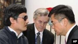 美國駐華大使駱家輝(右)和盲人維權人士陳光誠(左)2012年5月2日在北京交談