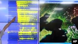 韩国地震和火山监测局负责人在讲解,荧屏上显示韩国检测到的地震波,首尔相信朝鲜进行了第五次核试爆。