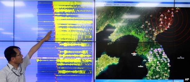 Giám đốc ban Giám sát Động đất và Núi lửa Hàn Quốc Ryoo Yong-gyu phát biểu trước một màn hình hiển thị sóng địa chấn ở Hàn Quốc, 9/9/2016.