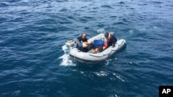 Buceadores suben a una lancha neumática tras recuperar un cuerpo durante una operación de rescate tras el naufragio de un barco de turistas chinos en Phuket, Tailandia, el 6 de julio de 2018.