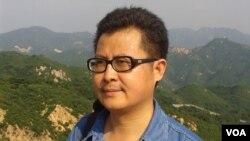 2012年8月郭飞雄在北京八达岭长城。(美国之音资料图片)