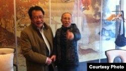 刘霞和其律师莫少平合影(莫少平提供)