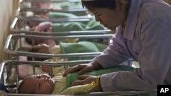 지난 2월 북한 평양의 산부인과 병원에서 한 간호원이 신생아들을 돌보고 있다.