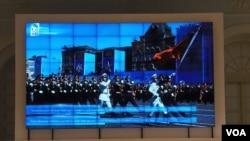 5月9日二战胜利庆典莫斯科红场阅兵最后彩排,俄罗斯媒体电视画面中显示的中国三军仪仗队。(美国之音白桦拍摄)