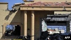 Бойовик Національної перехідної ради перед знищеним палацом Каддафі у Сірті