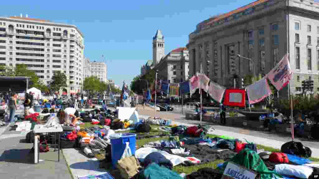 自由广场铺满了睡袋