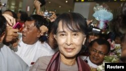 Pemimpin pro demokrasi Burma, Aung San Suu Kyi tiba di bandara internasional Yangon (Rangun) dari lawatannya ke Eropa (30/6).