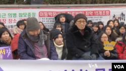 Chỉ còn vài phụ nữ cao tuổi Nam Triều Tiên từng bị buộc làm nô lệ tình dục trong thời kỳ Thế chiến thứ 2 còn sống sót, nhưng các cuộc biểu tình trước Đại sứ quán Nhật Bản ở Seoul đang thu hút thêm những người trẻ.