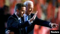 Beau Biden (izquierda) y el vicepresidente Joe Biden durante la Convención Nacional Demócrata en 2008.