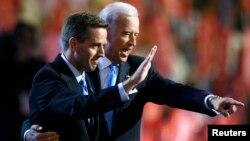 El vicepresidente Joe Biden, derecha, acompaña a su hijo Beau a realizarse los exámenes médicos.