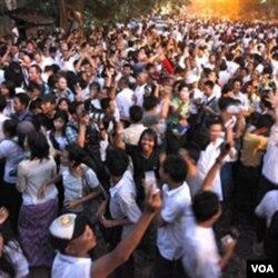 Para pendukung Aung San Suu Kyi bergembira merayakan kebebasannya di luar rumah Suu Kyi di Rangoon, Sabtu.