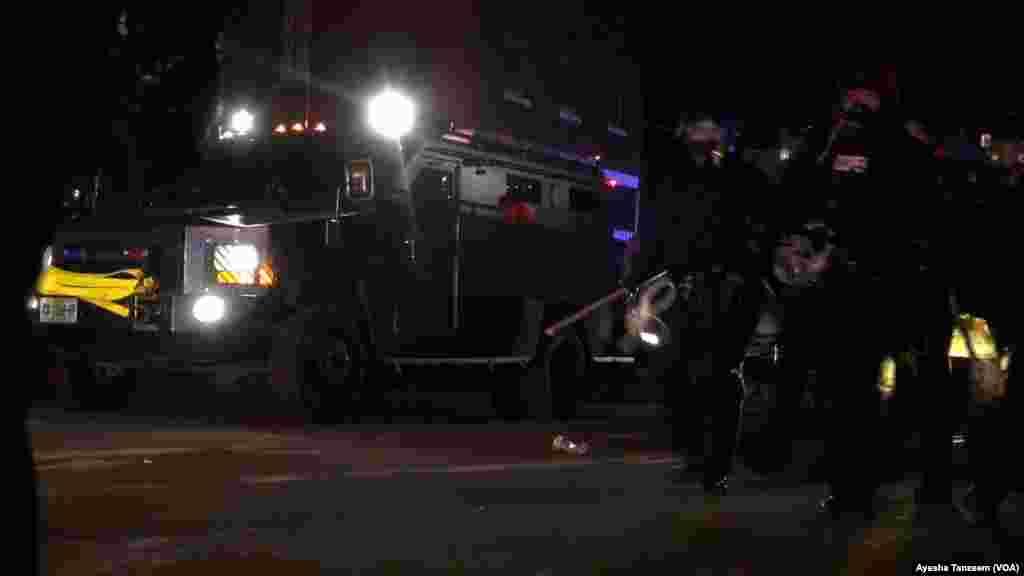Un vehículo blindado de la policía se acerca a la alcaldía.