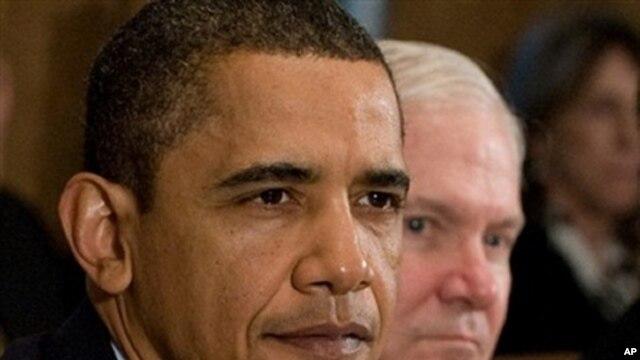 US President Barack Obama (L) sits alongside US Secretary of Defense Robert Gates during a Cabinet Meeting at the White House, 23 Nov 2009