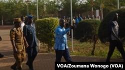 Le ministre du Burkina Faso, de la sécurité, Simon Compaoré, à droite, accompagné du chef d'état-major, le général Pingrenoma Zagré, visite le site d'une attaque contre un poste de police dans le village d'Intagom, 5 km de la frontière avec le Mali, 1er juin 2016. (VOA /ZoumanaWonogo)