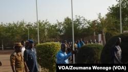 Le ministre Simon Compaoré (centre), sur les lieux de l'attaque en compagnie entre autres du chef d'état major général des armées, le général Pingrenoma Zagré (à g.), le 1er juin 2016. (VOA/Zoumana Wonogo)