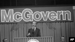 1972-ра: Тогаш сенатор, Џорџ Мекгаверн ја прифаќа демократската номинација за претседателските избори.