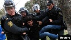 Polisi menangkap salah seorang demonstran dalam aksi unjuk rasa di Baku, Azerbaijan (foto: ilustrasi).