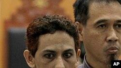 Umar Patek đi cùng với luật sư phát biểu trước báo chí tại tòa án ở Jakarta, ngày 7/5/2012