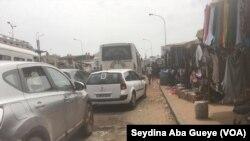 Les automobilistes sont souvent coincés dans les embouteillages, le 7 novembre 2019. (VOA/Seydina Aba Gueye)