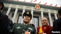 3일 중국 인민정치협상회의 개막식 참석자들이 베이징 인민대회장을 나서고 있다.