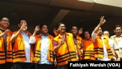 Delapan narapidana kasus korupsi melambaikan tanda nomor 3 (Anies-Sandy) setelah memberikan suara di TPS 19 di kantor KPK Jaksel. Courtessy : Fathiyah Wardah/VOA