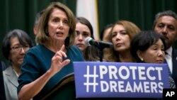 Nancy Pelosi discute la reforma migratoria ante un grupo de estudiantes, maestros y otros en la Universidad Estatal de California en Sacramento.