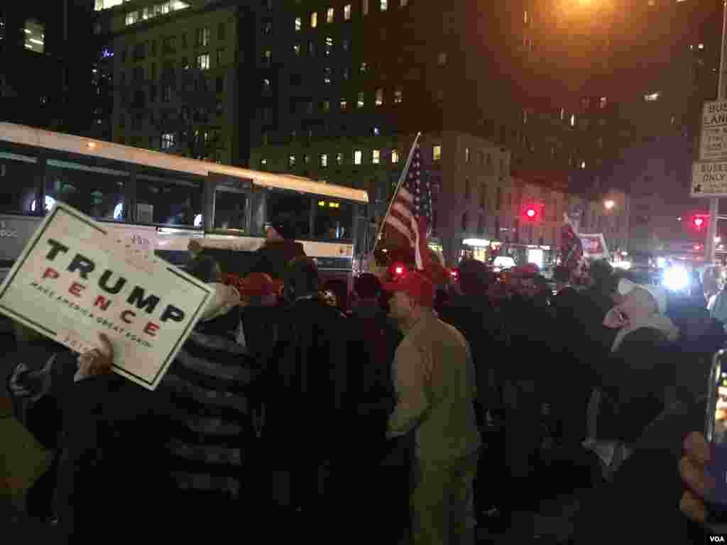 川普支持者在纽约士气高涨 (美国之音任禺阳拍摄)