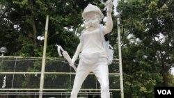 香港民主女神像2019年8月31號起在香港中文大學文化廣場亮相。(美國之音任新拍攝)