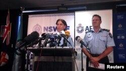 澳大利亚联邦警察署副总监费兰(右)与新南威尔士警署副署长伯恩(左)在悉尼召开新闻发布会。(2015年12月10日)
