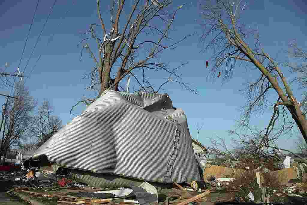 Un depósito de granos quedó completamente destruido por un tornado que azotó Harrisburg, Illinois.