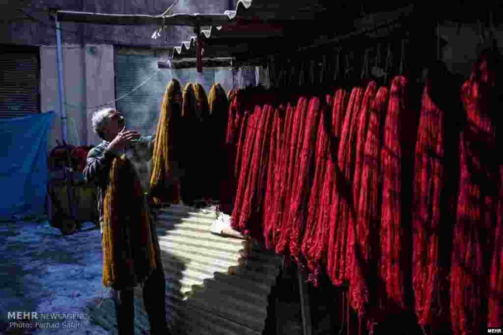 «فرهاد یادگاری» مرد رنگرز در بازار سنتی زنجان، ۴۰ سالی می شود که به این کار مشغول است. عکس: فرهاد صفری