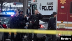 Policiers et responsables des urgences sur la scène d'une fusillade au siège de la brasserie Molson Coors à Milwaukee, Wisconsin, le 26 février 2020. (Mark Hoffman/Milwaukee Journal Sentinel/USA TODAY NETWORK via REUTERS)