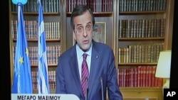 Gambar yang diambil dari televisi Yunani NET ini menampilkan PM Yunani Antonis Samaras tengah mengeluarkan pernyataan dari kantornya di Athena (15/4) terkait kemungkinan perolehan dana talangan sebesar $11,5 miliar bulan depan..