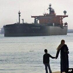 Süveyş kanalından keçən neft tankeri