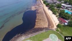 Foto udara yang diambil pada 2 April 2018 ini menunjukkan sebagian tumpahan minyak di Pantai Benua Patra di Balikpapan. (Foto: AFP)