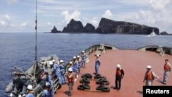 東京市政府調查船上的工作人員上星期天準備在一組有爭議的島嶼(日本稱尖閣諸島﹐而中國稱釣魚島)一帶進行調查。