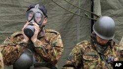 Soldats japonais se préparant pour le nettoyage de zones ayant subi des radiations nucléaires à Fukushima.