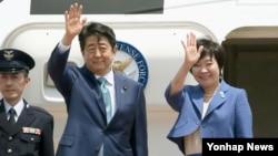 아베 신조 일본 총리 내외가 1일 유럽과 러시아 순방을 위해 출국하기 앞서 인사를 하고 있다.