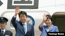 日本首相安倍晉三(中)日前啟程往歐洲訪問