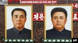 Tentara Korea Utara meneriakkan slogan di hadapan potret mendiang Kim Il Sung dan Kim Jong Il di Lapangan Kim Il Sung di Pyongyang, Korea Utara (20/4). Korut tersinggung 'pamer kemampuan rudal' Korsel dan ucapan Presiden Lee Myung-bak pekan lalu.
