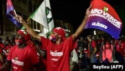 Les partisans du Premier ministre capverdien Ulisses Correia e Silva agitent des drapeaux et applaudissent lors de son dernier meeting de campagne à Praia, le 16 avril 2021.