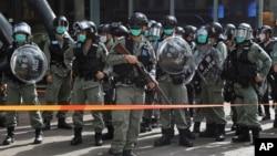 Cảnh sát chống bạo động bên ngoài một thương xá ở Hong Kong nơi các nhà hoạt động biểu tình nhân ngày lễ Lao động 1/5/2020.